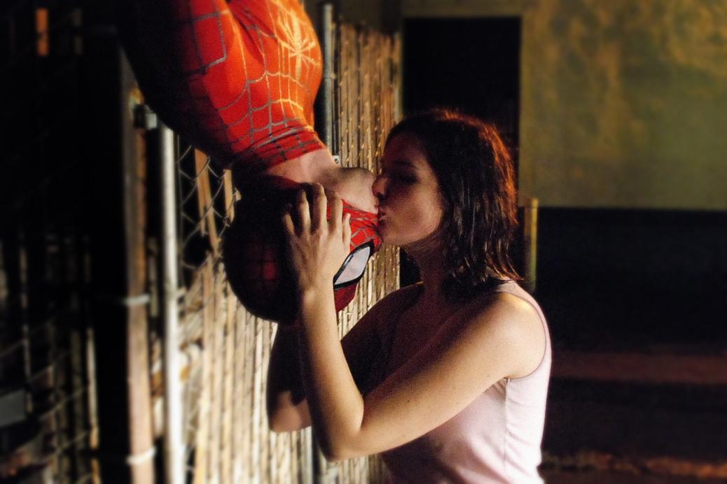 Spider-Man, Mary Jane Watson, Tobey Maguire, Kirsten Dunst, Upside Down Kiss Scene, Spider-Man 2002, Sam Raimi, comics, movies, Peter Parker, Spider-Man's Best Scene